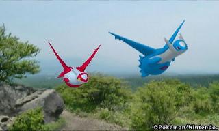 Latias und Latios Fliegen in einer Landschaft.